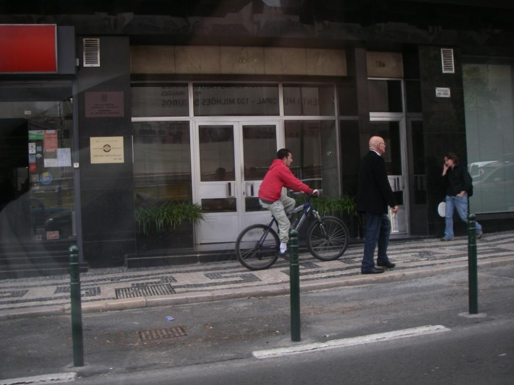 Ciclista no passeio, na Av. Fontes Pereira de Melo