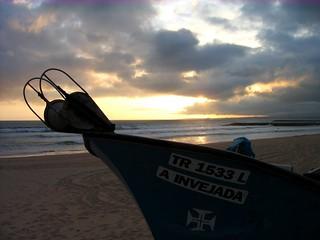 Изображение на Dragão Vermelho. sunset beach atardecer boat barca tramonto playa spiaggia costadacaparica burchiello