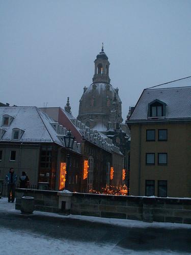 Dresden im Winter die Sonne geht hinab, die Säule voll Staub, aufsteigend aus den Platten seht, sie verdichtet sich, sie wird Gestalt und Schatten, leibhaftig steht der Fürst des Todes vor euch auf seinem Grab 2005 047