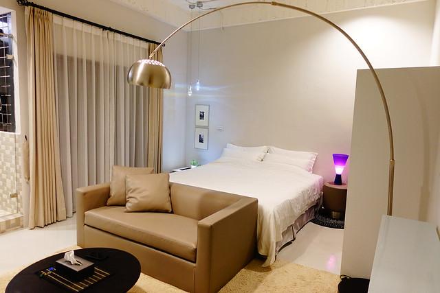 衛浴全透明的 402 室,沙發方向就與格局相同的 302 室不同 @花蓮慢慢旅行民宿