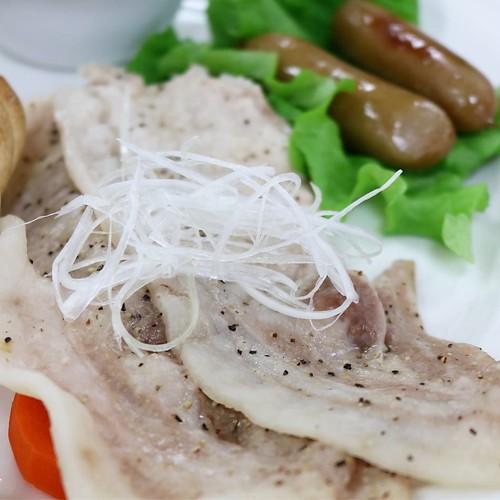 こめ育ち豚だって。落ち穂の米を食べて育った鴨肉が美味しかったことにヒントを得て、豚に食べさせたら美味しくて栄養もある豚肉ができた、と。なるほど。 #生活クラブ