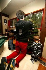 rachel and her boys trimming the xmas tree    MG 6762