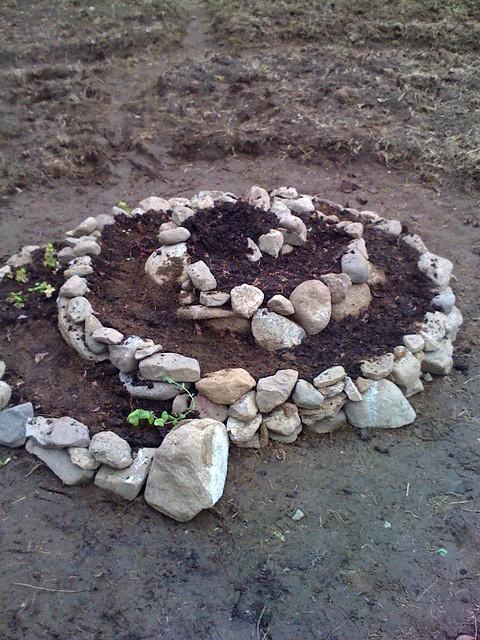 Клумбы из камня своими руками фото