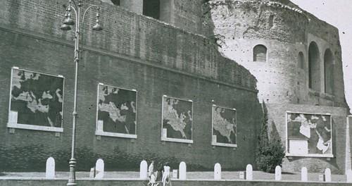 """Rome, Imperial Fora: """"Via dell'Impero Nascita di una strada 1930-36."""" Map # 5: """"Fondazione dell' Impero  (28/10/1936)."""" Foto: View far /right of Map # 5 mounted on the Basilica of Maxentius (ca. late 1930s?)."""