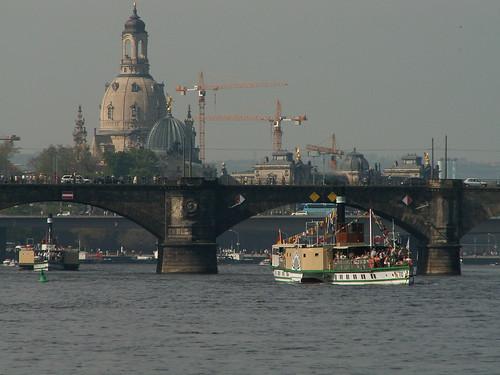 Dampferparade in Dresden für Frieden und die Freundschaft beider Reiche bevor der Befehl erteilen wird, mich an an Händen und Füßen gefesselt nach Liliput zurückzusenden, damit ich dort die Strafe der Verräter erleide 162