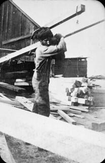 Sikh man in lumberyard, Vancouver, British Columbia / Sikh dans un chantier de bois, Vancouver (Colombie-Britannique)