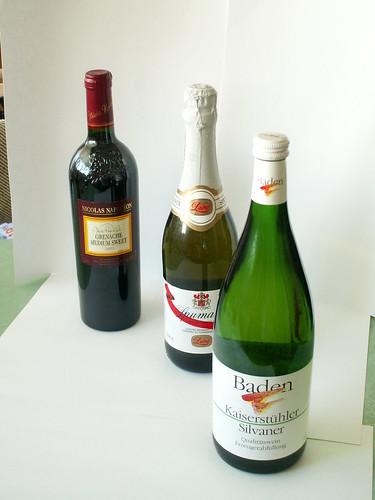Weinflaschen loben den Wein, sein güldener Schein macht alle Menschen etwas kecker, ich wundre mich, dass er so klettern kann und steigen, und macht, dass sich die großen Häupter vor ihm neigen, aus des Knaben Wunderhorn 003