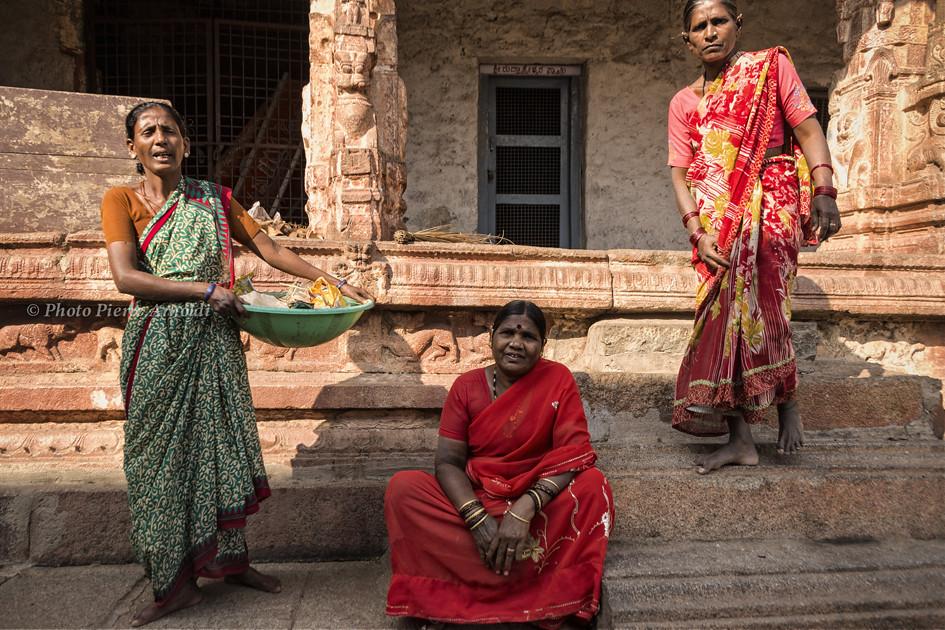 HAMPI : FEMMES AU TEMPLE