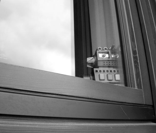 Triste alla finestra un vecchio robot in pensione by - Finestra mobile pensione ...
