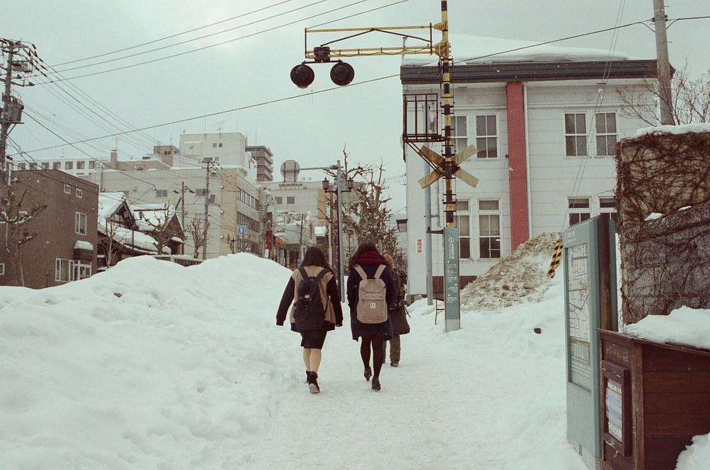 小樽 Otaru 北海道 / Fujifilm 500D 8592 / Nikon FM2 好像似乎喜歡從後面拍路上行人的樣子,就是拿著相機等速度跟在後面,讓畫面平衡後按下快門。  Nikon FM2 Nikon AI AF Nikkor 35mm F/2D Fujifilm 500D 8592 1119-0018 2016/02/02 Photo by Toomore