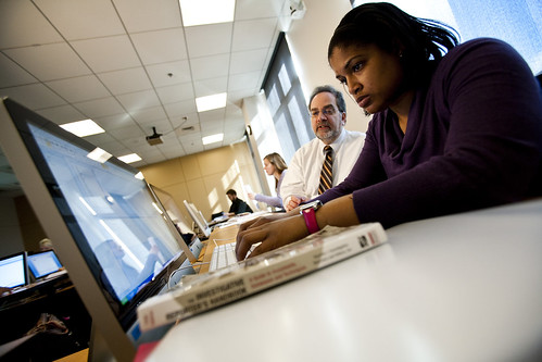 Journalism students in a computer classroom with Professor Ira Chinoy