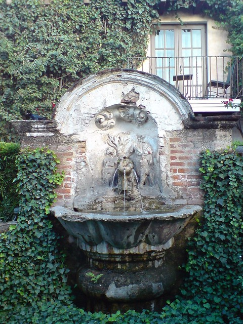 B caro colonial dentro de casa santo domingo antigua for Imagenes de casas coloniales