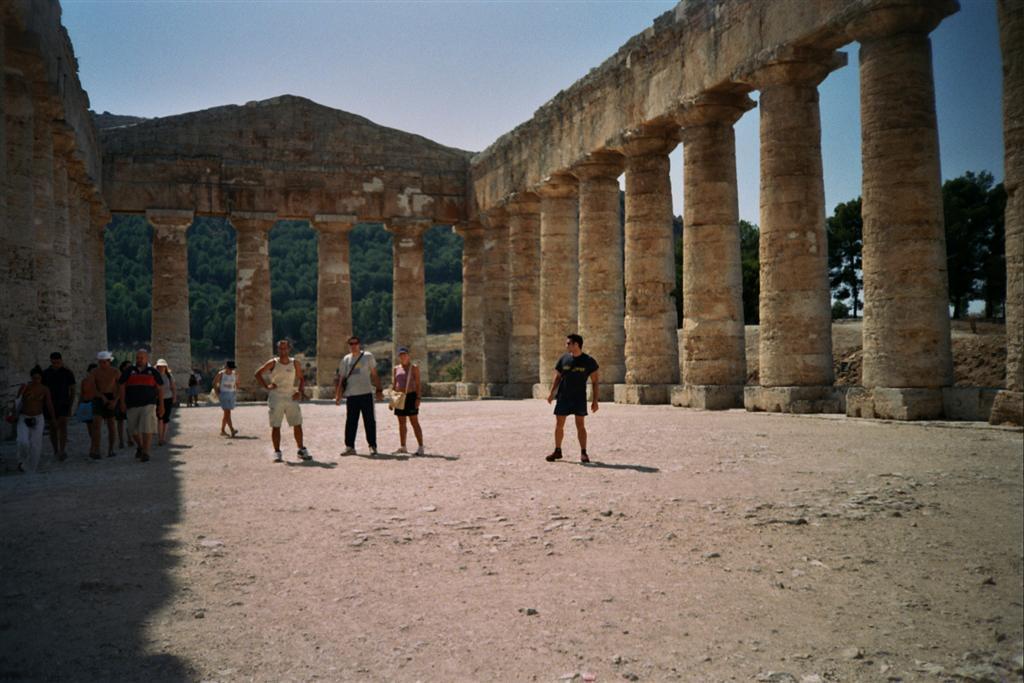 En el interior del templo de Segessta, el cuál nunca tuvo un techo que lo cubriese, los constructores, parece ser que fueron incapaces. templo de segesta - 2513601668 c25b66ae8a o - Templo de Segesta en Sicilia, el templo de los fugitivos de Troya