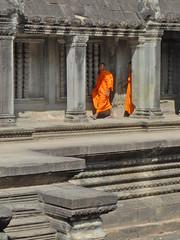 Bonzes dans la galerie du bassin nord-ouest d'Angkor Vat