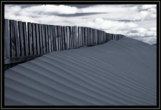 Imagen de Playa de la Cortadura cerca de Cádiz. españa blancoynegro beach lines canon playa paisaje arena cielo nubes cadiz cerca duna cádiz valla vallas líneas cortadura rectas playadecortadura