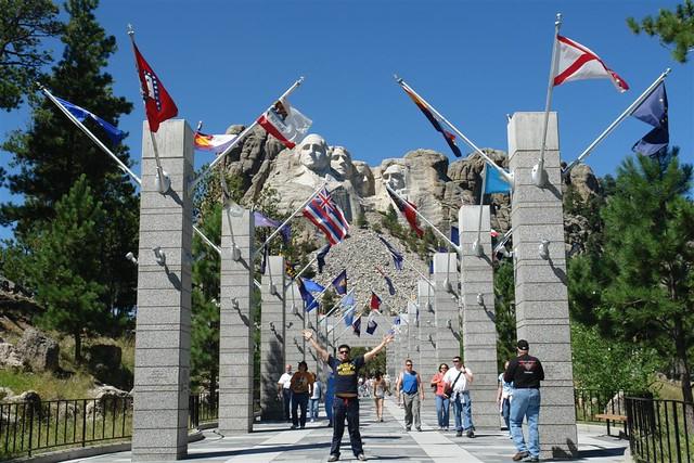 Impresionante vista desde la entrada de la Grand View Terrace Mount Rushmore, símbolo del espíritu de una nación - 2532666471 93fe65fc8c z - Mount Rushmore, símbolo del espíritu de una nación