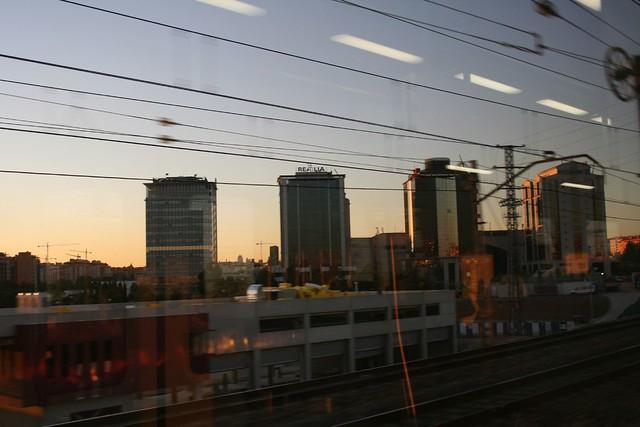 Edificios de oficinas al atardecer torres de oficinas en for Oficinas de renfe en madrid