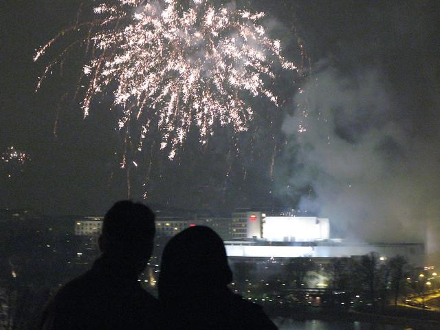 Una pareja viendo los fuegos artificiales de Helsinki
