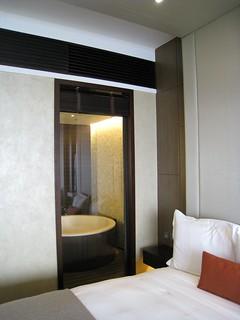 アルティラマカオホテル ウオーターフロントビュー・ルーム ベッドから見た風呂