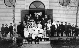Sunday school participants of the Ukrainian Presbyterian Church, with Reverend Wilchinski, Edmonton, Alberta / Participants à l'école du dimanche, église presbytérienne ukrainienne, avec le révérend Wilchinski, Edmonton (Alberta)