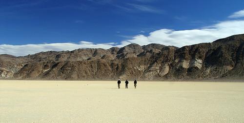 Photo désert montagnes trois hommes ciel bleu