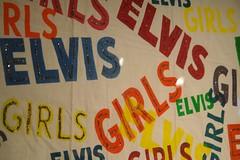 Pancarta de unas fans durante el rodaje de su película en Hawaii elvis presley - 2528677832 11254b6ea4 m - Elvis Presley, 35 años después sigue siendo el Rey