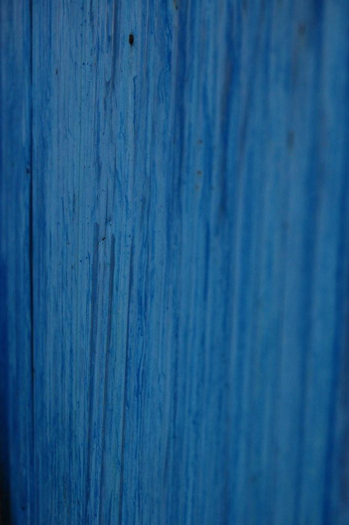 青いトタンの壁