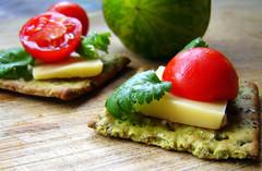 Craquelins agrémentés de fromage, tomate et laitue