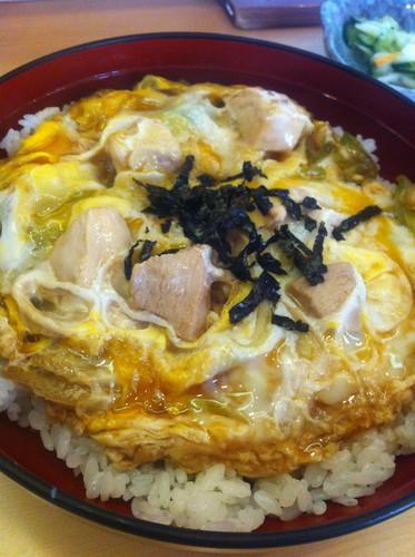今日のランチは親子丼、大盛り¥700 #lunch RT @tomoth: みらく亭にタッチ! http://tou.ch/VOrWQs