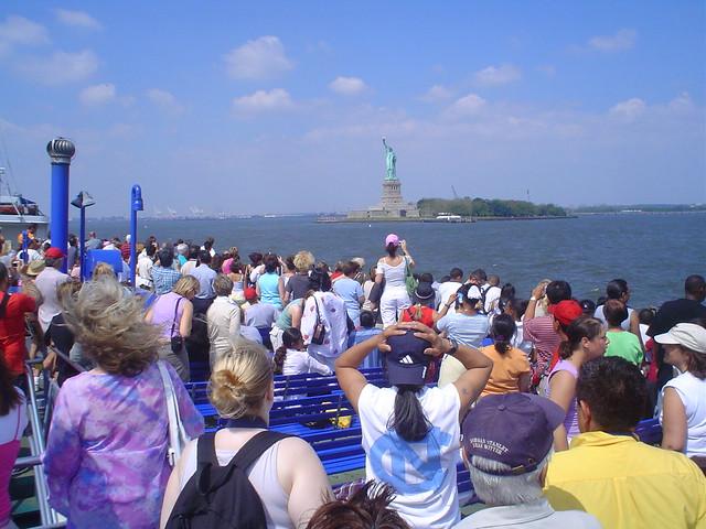 Foto vista de barco ferry de la libertad en la isla de Nueva York EE.UU.