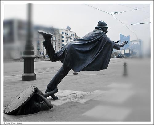 Statue de l'Agent 15 - Tom Frantzen - Place Sainctelette