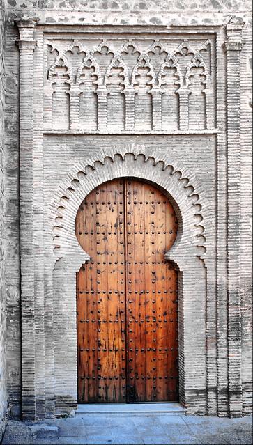 Toledo. Iglesia de Santiago del Arrabal (una de las puertas posteriores).