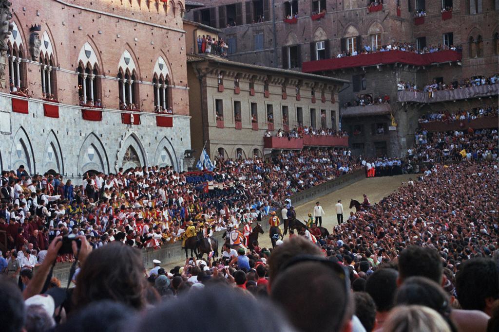 Piazza del Campo, llena de gente espectante por disfrutar de la carrera