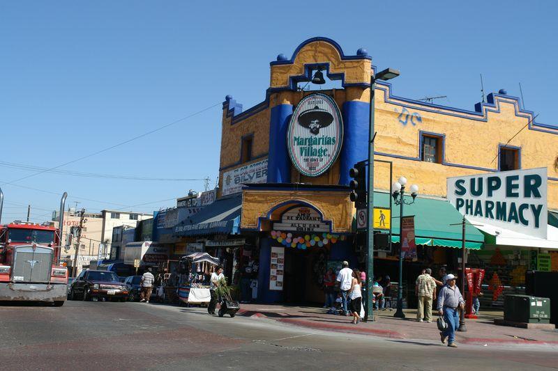 """La famosa esquina de las Margaritas de la Avenida Revolución tijuana - 2528667366 34322a0073 o - Tijuana, La ciudad frontera con """"otro mundo"""""""