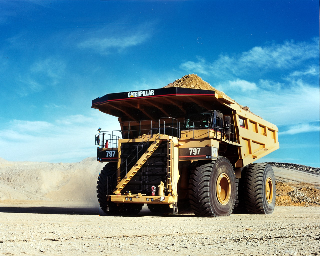 extreme machines caterpillar 797b the biggest dumptruck in the world. Black Bedroom Furniture Sets. Home Design Ideas