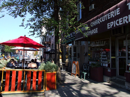 Terrasse trouble in ville mard spacing montreal for Furniture zone sidewalk