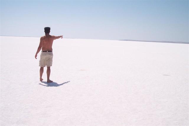 En verano, el lago está prácticamente seco y se convierte en una gran balsa de sal, ... donde es casi imposible caminar sin gafas de sol, su brillo y el sol reflejan lo suficiente para que pueda ser contemplado desde el espacio. Tuz Gölü, el lago salado de Turquía - 2526862485 4998375712 z - Tuz Gölü, el lago salado de Turquía