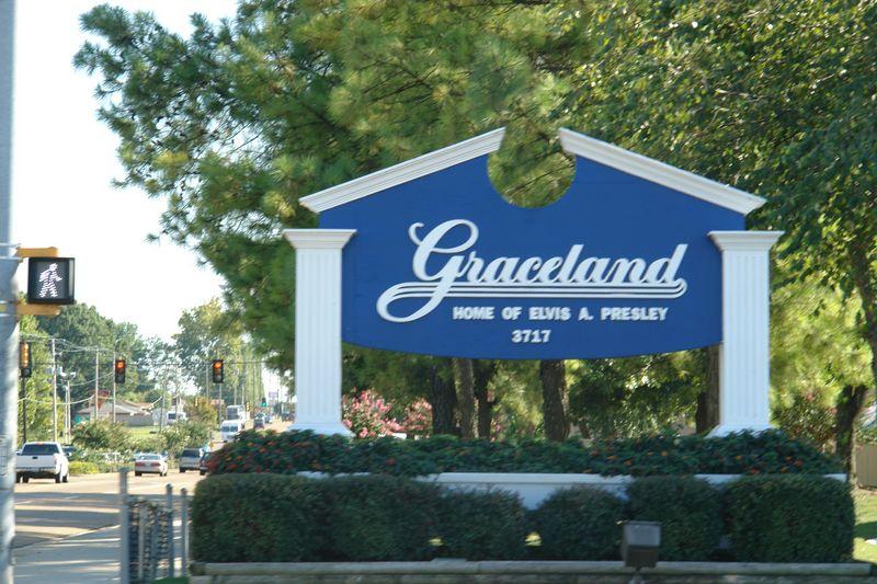 La avenida Graceland, nombre que tomó tras el fallecimiento de Elvis elvis presley - 2528675336 2dcd8b1d20 o - Elvis Presley, 35 años después sigue siendo el Rey