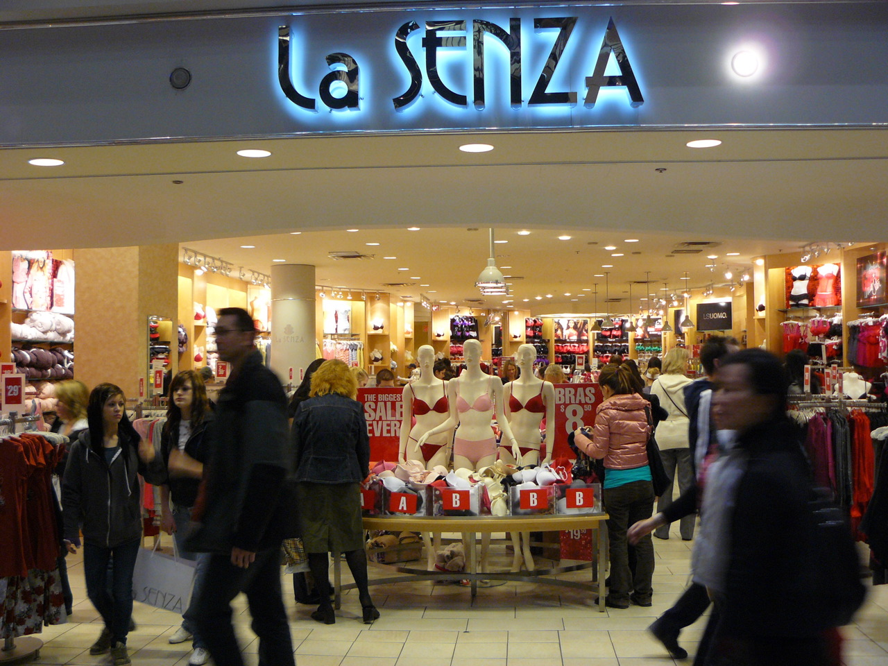 Boxing Day deals see thousands hit Calgary stores By Tracy Nagai Reporter Calgary's biggest mall expects more than , shoppers will make their way through its doors this Boxing Day.