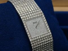 clothing(0.0), strap(0.0), leather(0.0), zipper(0.0), belt(0.0), textile(1.0), bling-bling(1.0),