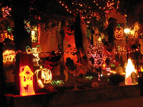 11 craziest halloween decorated homes for Home decorations for halloween ideas