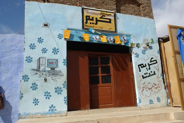 Las casas Nubias son muy coloridas, ... en éste caso, creo que se trata (por los dibujos) de un cibercafé ... pueblo nubio de aswan - 2474563416 25c0175ae7 z - Pueblo Nubio de Aswan, Restos de aquella antigua cultura