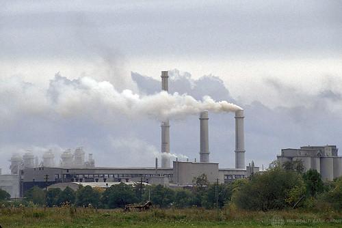 愛沙尼亞一座工廠正在排放溫室氣體。圖:Curt Carnemark / World Bank。