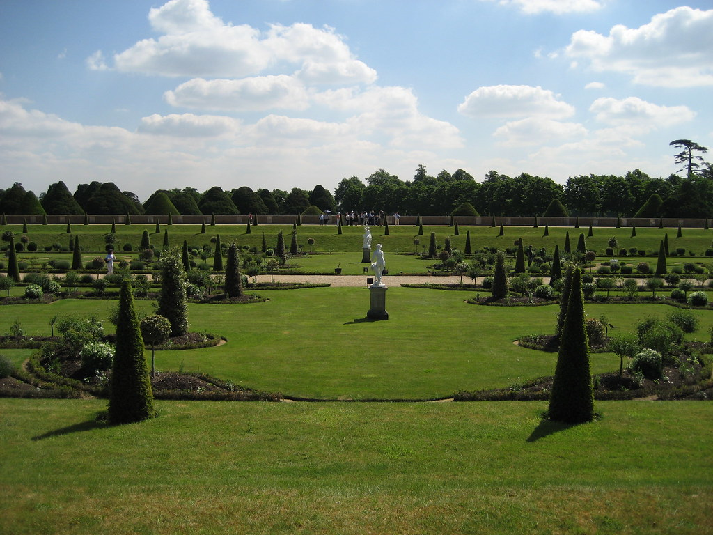 Hampton Court .