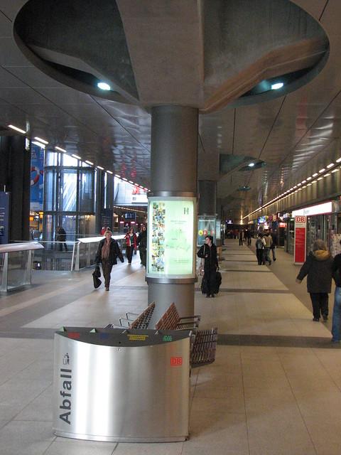 Alien im Hauptbahnhof
