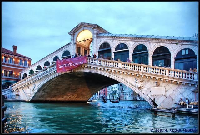 Venecia (Italia). Puente de Rialto (Ponte di Rialto) al anochecer.