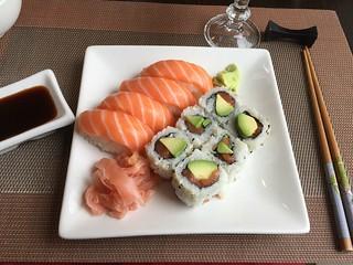 Sushi et maki california au restaurant japonais de Jouy-en-Josas