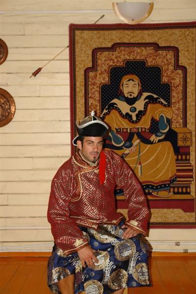 """... tampoco es necesario vestirse como el mismísimo Gengis Khan para parecer uno de ellos (sí, el de la foto soy yo :D ) Precauciones y tips en viajes a países y zonas """"culturalmente diferentes"""" - 2505430061 7fb99b5e55 o - Precauciones y tips en viajes a países y zonas """"culturalmente diferentes"""""""