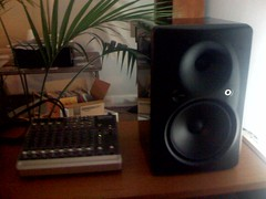 multimedia(0.0), computer hardware(0.0), loudspeaker(1.0), electronic device(1.0), computer speaker(1.0), stereophonic sound(1.0), electronics(1.0),