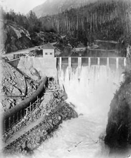 Hydroelectric dam, Revelstoke, British Columbia / Barrage hydroélectrique, Revelstoke (Colombie-Britannique)